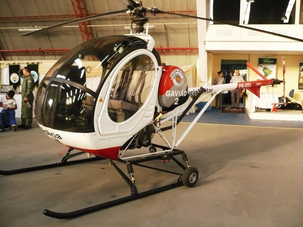 Gavião 02, modelo Schweizer 269C-1. Esta aeronave é utilizada para a instrução dos novos pilotos do GRPAe/SP.