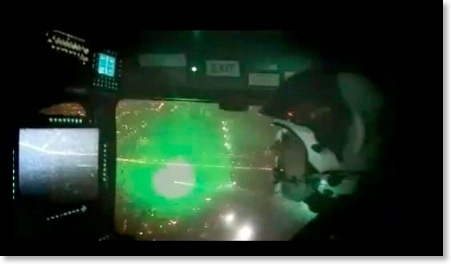 Os pilotos dizem que o feixe de luz verde toma toda a cabine causando uma espécie de cegueira momentânea e se mistura às luzes da pista.