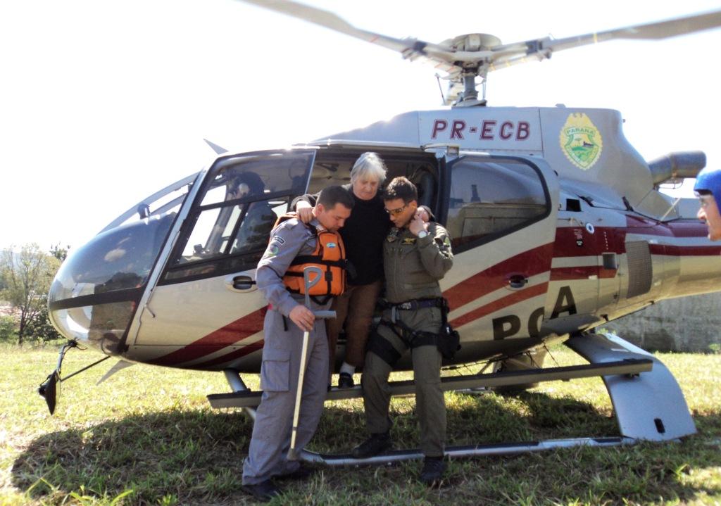 """""""O helicóptero transportou uma mulher de 87 anos para que fizesse hemodiálise e bolsas de plaquetas para atender pessoas com ferimentos hemorrágicos. """"Uma das pessoas que recebeu as plaquetas não sobreviveria se não houvesse o transporte aéreo"""", conta o capitão Fávero."""