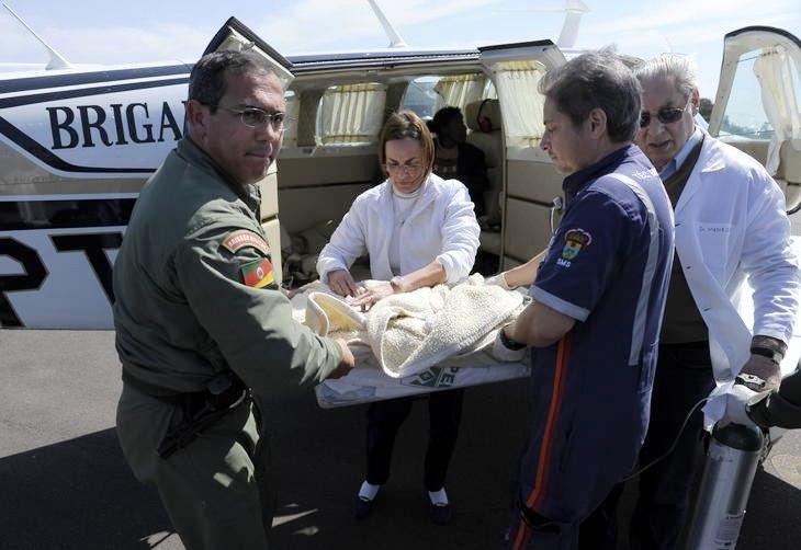 Equipe retira criança de aeronave, para levá-la ao Hospital de Clínicas de Porto Alegre. Foto:Ronaldo Bernardi / Agencia RBS.