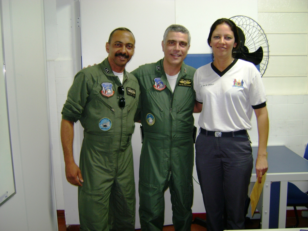 Maj Samuel, Chefe da Divisão de manutenção do GRPAe, Ten Cel Falconi e Sd Sungaila, primeira colocada no curso.