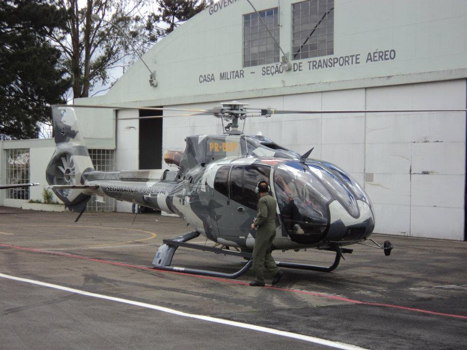 """O operador do helicóptero, Tenente Coronel Orlando Artur da Costa, Comandante do GRAER, Grupamento Aeropolicial-Resgate Aéreo, salienta as qualidades do modelo. """"A maior vantagem operacional do EC130 comparando-se às demais aeronaves na atividade de Segurança, é a possibilidade de se manter nas missões uma tripulação mínima de 2 pilotos e 1 ou mais tripulante operacional, o que gera maior segurança e precisão nos trabalhos"""", explicou. Foto: Adilar Lima"""