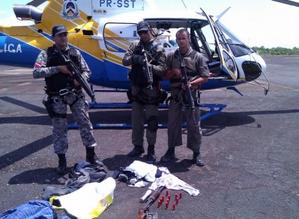 O Helicóptero do Tocantins, comandado pela equipe do Centro Integrado de Operações Aéreas – CIOPAER/TO, da Secretaria da Segurança Pública, participou das buscas à quadrilha que realizou o assalto na segunda-feira, 24, da Agência bancária de Araguacema do Tocantins. Durante as buscas, foram localizadas várias armas abandonadas e uma quantidade de droga.
