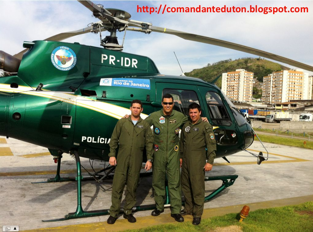CAP PMMS Ênio, MAJ PMERJ Duton e Dr Del Pol PCMS Reinaldo durante o Estágio de Adaptação em Voo na aeronave AS-350 B3.