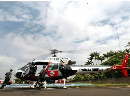 Helicóptero Águia, da PM, fez a transferência do menino de 5 anos que tem 90% do corpo queimado (Foto: Flávio Grieger/AAN)