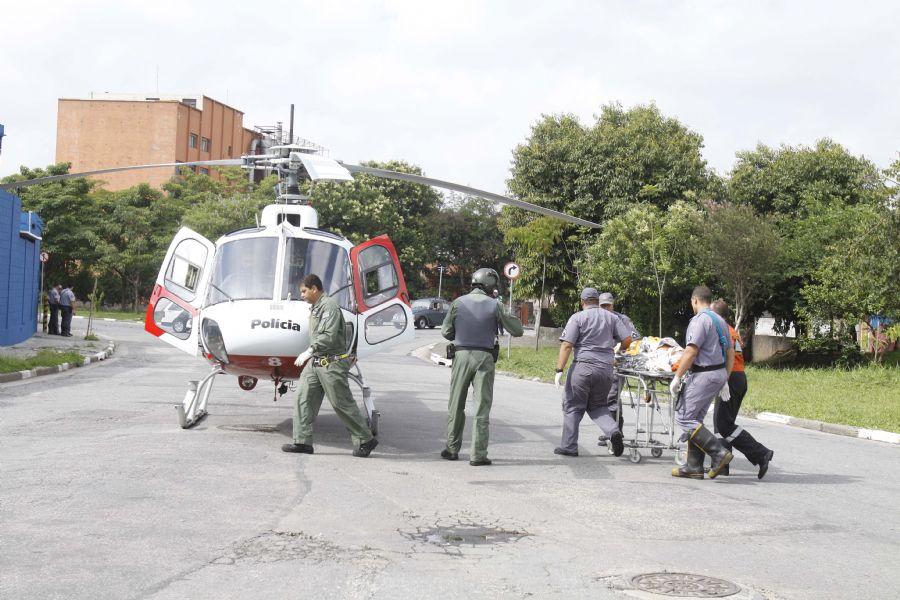 Policiais militares resgatam corpo e homem em rio na Vila Maria. Foto: Luiz Guarnieri/News Free/AE