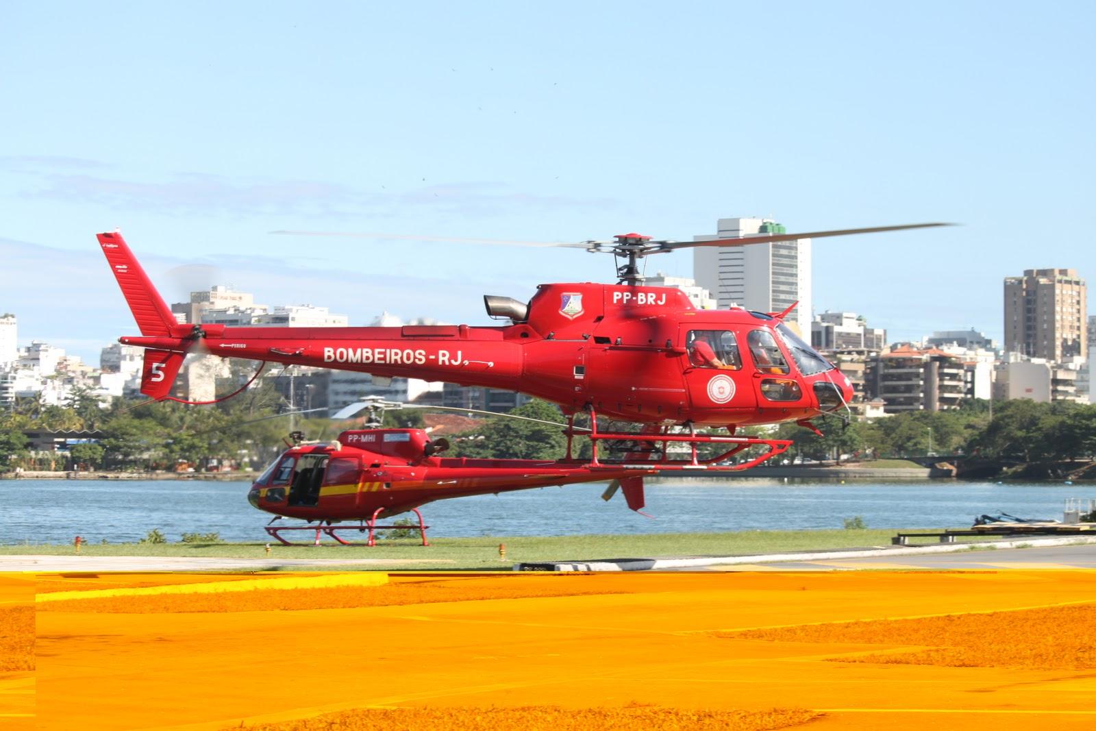 O helicóptero do Corpo de Bombeiros/RJ utilizado no resgate foi um Eurocopter AS 350B2 que nesta foto aparece ao fundo. (Foto: Daniel Queiroz)