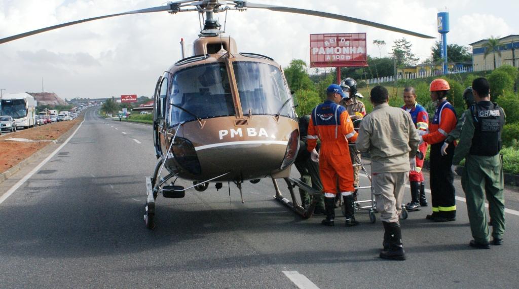 Um acidente grave ocorrido por volta das 7h, na BR-324, deixou o trânsito congestionado devido a colisão de dois carros, com duas pessoas feridas no local, sendo uma delas presa nas ferragens em estado grave e teve de ser solicitado o apoio do GRAer/BA.