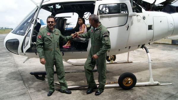 Os pilotos do GRAESP compartilhar da alegria das crianças, que ficaram fascinadas com os equipamentos de vôo