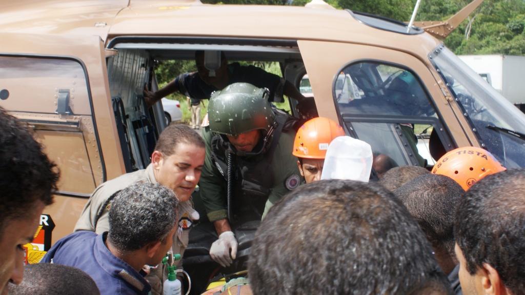 helicóptero Guardião 02 do GRAer/BA em atendimento a vítimas de um grave acidente no Centro Industrial de Aratu (CIA)