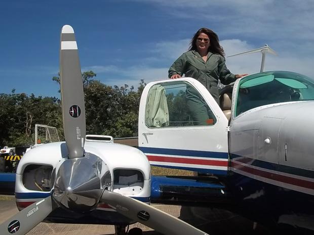 A agente Adriane Freitas, de 45 anos, entra, nesta quarta-feira (7), para a história como a primeira mulher do Polícia Civil do Distrito Federal (PCDF) a pilotar um avião do órgão.
