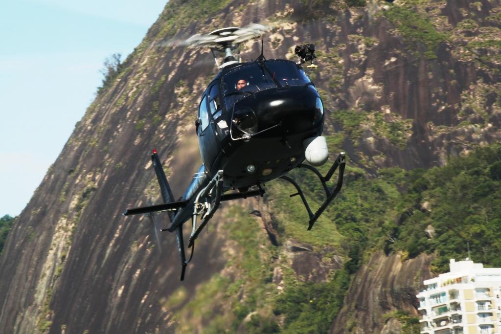 """Essa foi a aeronave utilizada na operação, um Eurocopter/Helibras AS 350B3+ (PR-EPC) de designativo """"Polícia 02"""" com um sistema de captação e transmissão de imagens FLIR STAR SAFIRE III. (Foto: Daniel Queiroz)"""