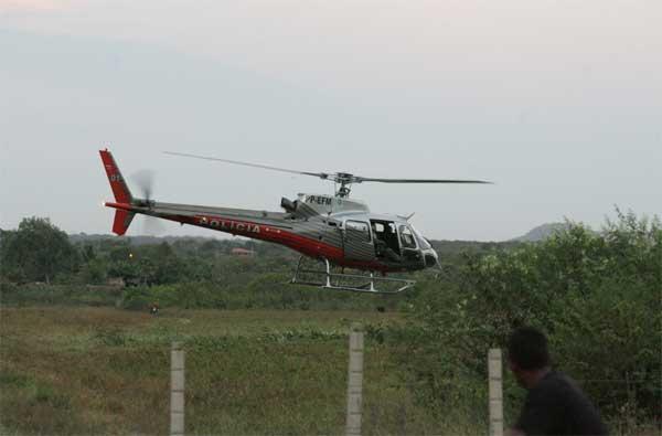 O comandante da 10a BPM, major Ricardo Moura, confirmou que um helicóptero da Coordenadoria Integrada de Operações Aéreas (CIOPAER) foi atingido durante abordagem a quadrilha acusada de assaltar o Banco do Brasil da cidade de Catarina/CE, aproximadamente 350 km da capital Fortaleza. Os disparos não prejudicaram o funcionamento da aeronave.