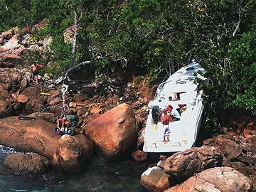 Operação em Ubatuba, em dezembro: o dono da lancha perdeu o controle e bateu nas pedras. Foto: Divulgação