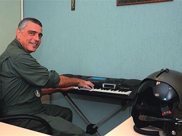 Tenente-coronel Falconi: ele toca teclado para aliviar o stress. Foto: Cida Souza