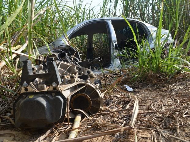 Parte do motor de um dos carros foi encontrada ao lado da carçaca no canavial (Foto: Thomaz Fernandes/G1)
