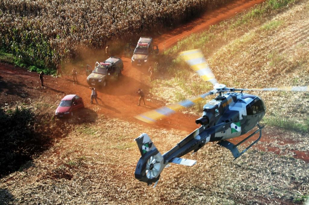 O recém criado Batalhão de Fronteira, com apoio de aeronaves do GRAER, realiza operações na região oeste do Estado.Marechal Cândido Rondon, 06-08-12.Foto: Arnaldo Alves / ANPr.
