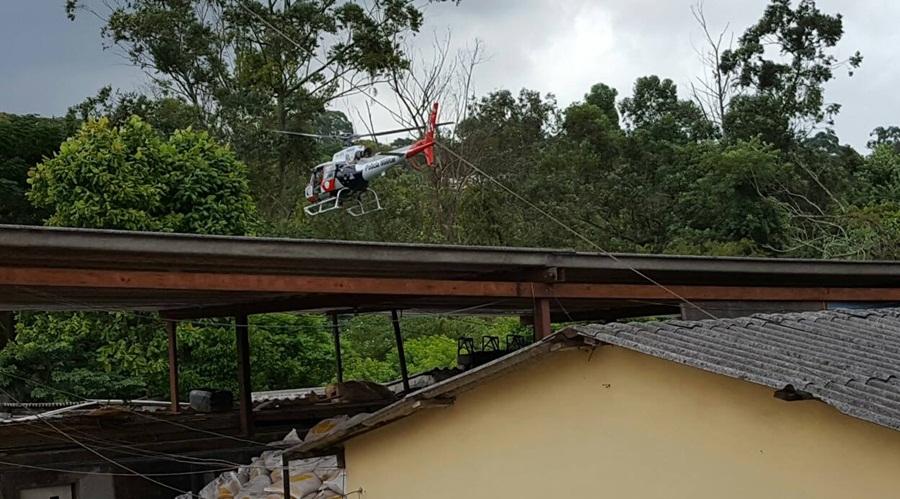 Helicóptero da PM realizou manobras baixas perto da árvores da mata para tentar localizar fugitivos
