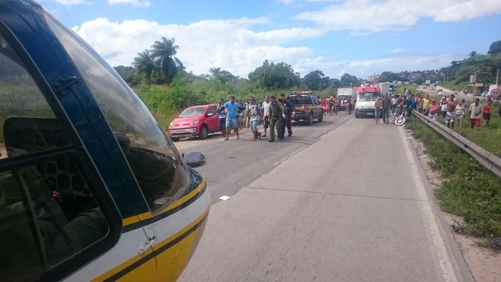 Acidente teve ferida com fratura exposta e resgate aéreo no Recife (Foto: Divulgação/PRF)