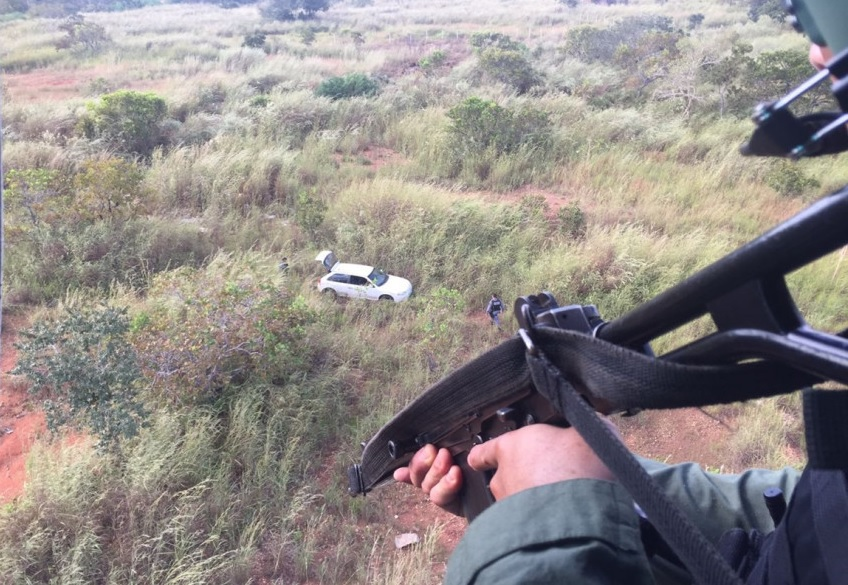 Helicóptero conseguiu localizar suspeitos que fugiam em direção à mata