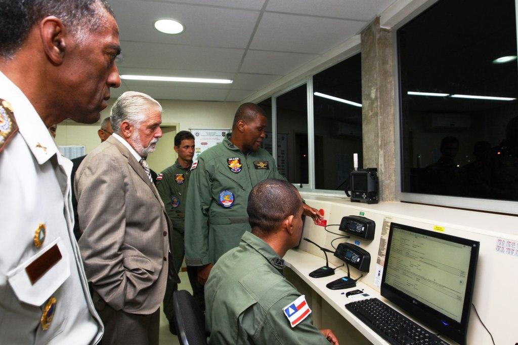 O Cmt do GRAer, MAJ PM LAZARO, explica ao Governador da Bahia os detalhes da operação aeropolicial na moderna Sala de Operações do novo hangar.