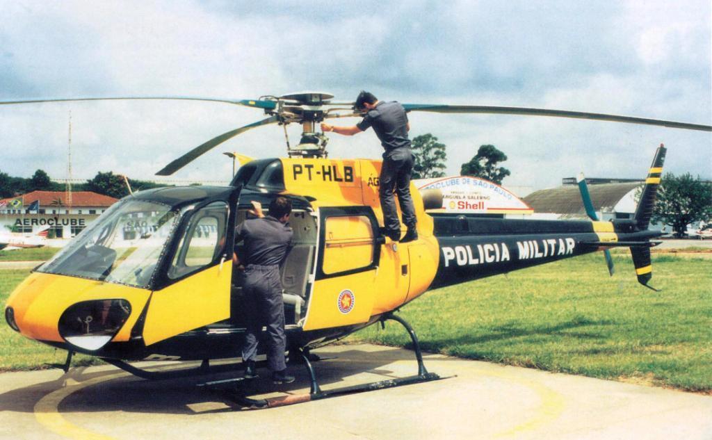 Águia 02, PT-HLB, sendo inspecionado pelos mecânicos