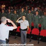 Cap PM Adriani apresentando os formandos ao Maj PM Falconi durante a solenidade de formatura do CTO/2010