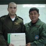 Entrega-de-certificado-pelo-Coordenador-da-CIOPAER.jpg