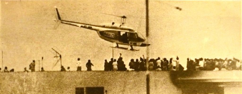 Carlos Henrique de Campos Zanini, piloto da Pirelli, e o Eng. Carlo de Bellegarde de Saint Lary, a bardo da aeronave, resgataram 53 pessoas do Edifício Andraus em 19 viagens com o helicóptero PP-HBN, um Bell Jet Ranger 206A. Foto: Agência Estado.