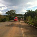 Pouso do helicóptero Bombeiro-01 na GO-070 para socorrer caminhoneiro