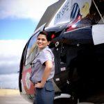 Lara Carolina, em frente a um helicóptero da PM do Grupamento Aéreo de Sorocaba. Foto: Raul Zito/G1