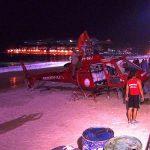 Bombeiros retiraram o helicóptero do mar na madrugada de domingo. Foto: Rede Record.
