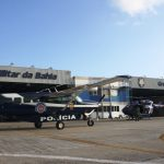 O EC145 e o Grand Caravan no hangar do GRaer da PM da Bahia