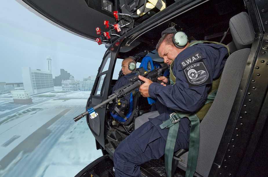 """Demonstração do cenário de treinamento de """"tiro embarcado"""", com a utilização de um simulacro de AR-15 equipado com um sistema laser. Foto: American Eurocopter"""