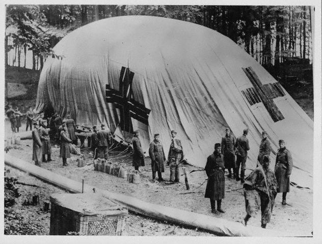 Tropas alemãs inflando um balão de observação em 1940.