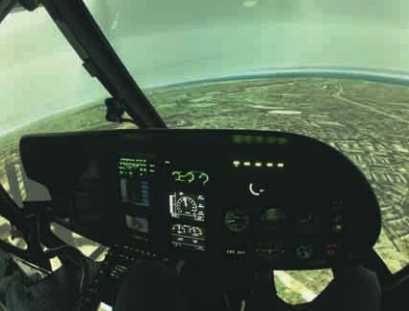 """A cabine é compatível com sistema NVG e pode simular as versões AS350B2 e AS350B3, além de possuir toda a equipagem e aviônicos existentes em uma aeronave policial, como """"moving map"""", farol de busca, FLIR, rádios policiais, entre outros. Foto: Alex Mena Barreto"""
