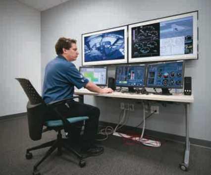 """Estação/console para """"debriefing"""", onde todo o treinamento pode ser reproduzido ou acompanhado ao vivo, com todos os parâmetros de voo, meteorologia, áudio e imagens da cabine. Foto: American Eurocopter"""