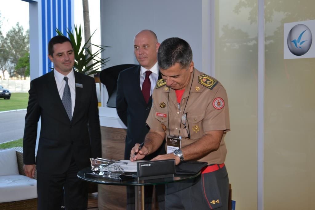 Helibras e Corpo de Bombeiros do Rio de Janeiro assinam, durante a LAAD 2013, contrato para a venda de um novo helicóptero AS350 B2. Este é o terceiro Esquilo a operar no Bombeiro do Estado.