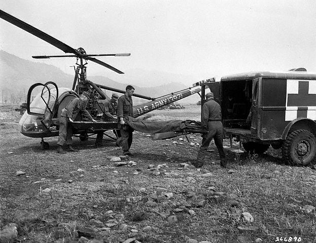 Coréia - Transferência de ferido transportado pelo helicóptero para uma ambulância.