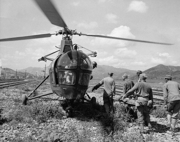 1950 - Guerra da Coréia - Ferido sendo carregado para ser transportado por helicóptero.