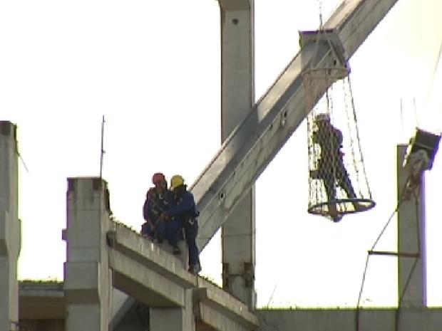Operários esperam para ser resgatados pelo Corpo de Bombeiros (Foto: Reprodução / TV Tem)