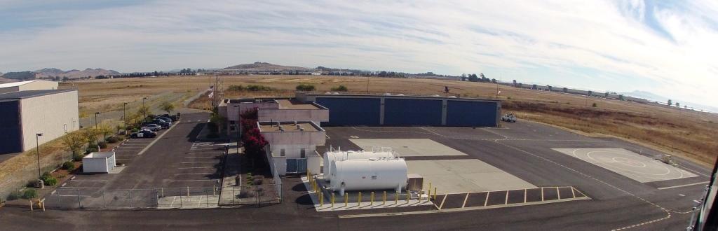 """A base também não poderia deixar de ser """"pequena"""", com duas grandes edificações, sendo uma para a parte administrativa e outra para a hangaragem das aeronaves. As instalações são bastante adequadas e primam pela funcionalidade."""