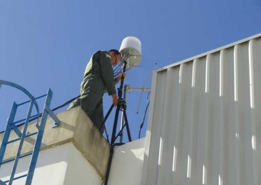 Sgt PM Viana fixando a antena de recepção da imagem do FLIR