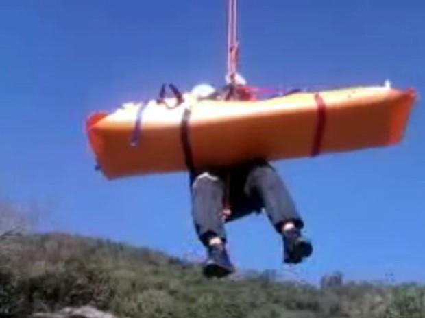 Helicóptero águia fez o resgate de instrutor de parapente em Socorro (Foto: Divulgação/Corpo de Bombeiros)