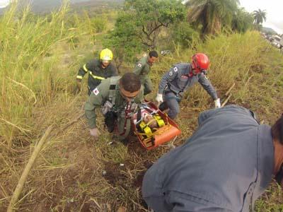 Equipes do Corpo de Bombeiros socorrem vítimas de acidente na BR 381.