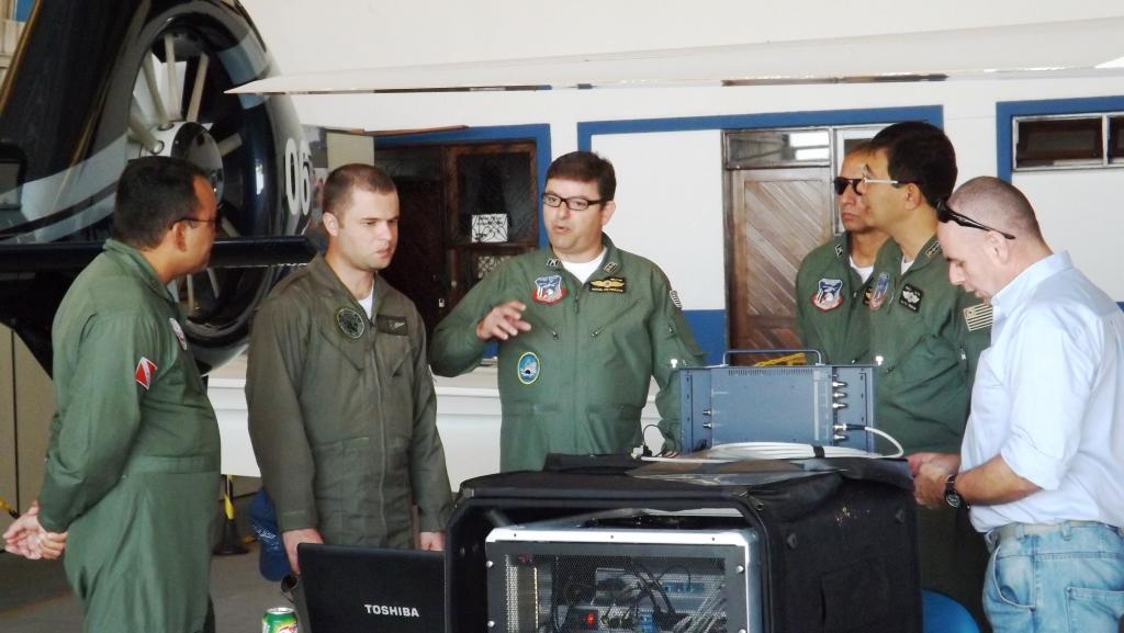 A comitiva, composta pelos Ten Cel PM Peixoto, Maj PM Henrique e Cap PM Marcelo, veio conferir o funcionamento do sistema de transmissão de dados (downlink) instalado à bordo do Guardião 01 paraense