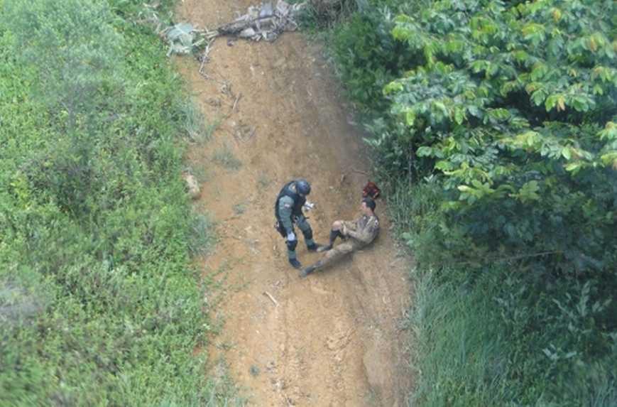 Piloto de motocross é socorrido pelos tripulantes do helicóptero Águia, em Joinville