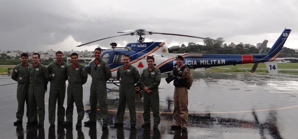Ten Cel Ledwan Salgado Cotta, cmt do Btl RpAer, à direita, acompanhado dos 7 militares do CBMMG que irão participar do programa de treinamento.