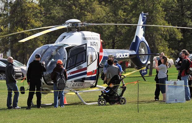 O público confere o helicóptero usado pelo Serviço de Polícia de Edmont durante exibição de preparação para emergência. Fotografia de Larry Wong, Edmonton Journal.