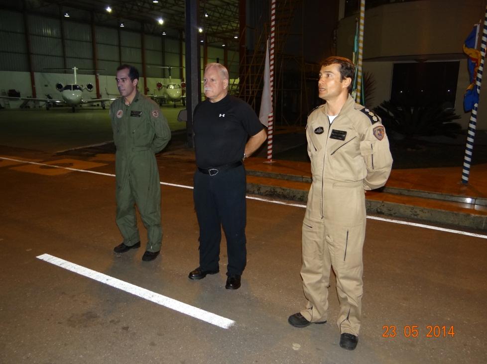 O Cmt Kim Harris (ao centro), instrutor de voo com uso de OVN, sendo apresentado à tropa da Esquadrilha Pégasus pelo Ten Cel PM Ledwan Salgado Cotta.